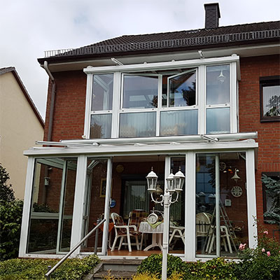 Hausfront mit sauberen Fenstern